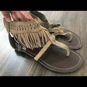 Minnetonka Malaya Fringe t-strap sandals. Size 8